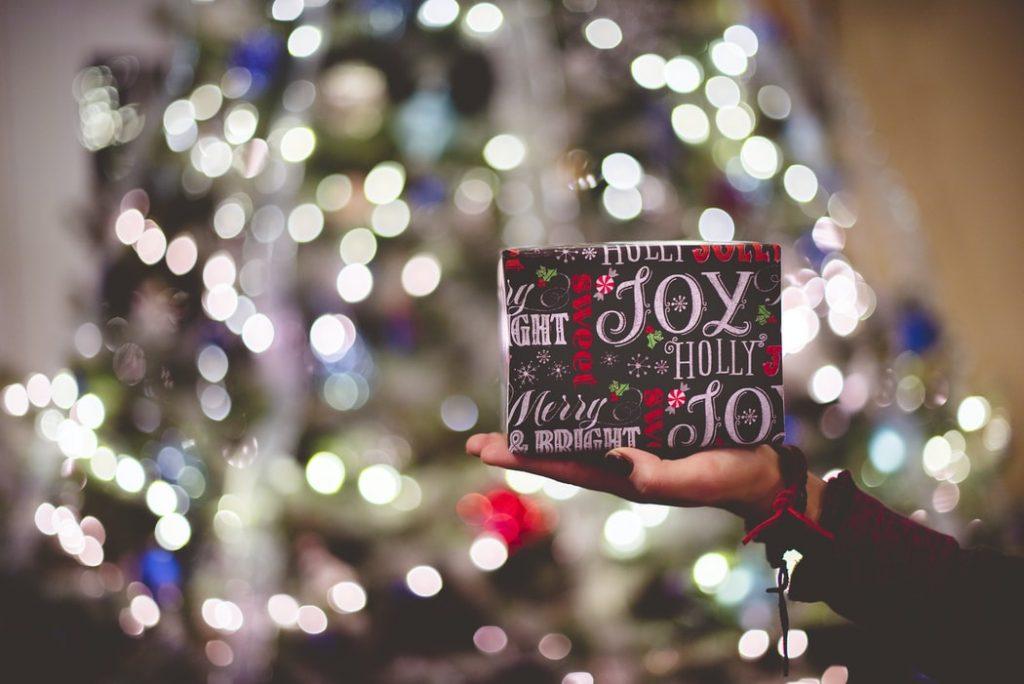 Aký vianočný darček vždy poteší a zanechá úsmev, sa dozviete práve v tomto článku. Zdroj: unsplash.com/Ben White