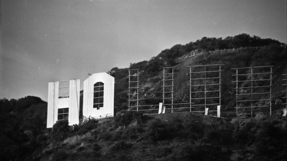 Stavba nápisu Hollywood (Zdroj: Los Angeles Magazine)