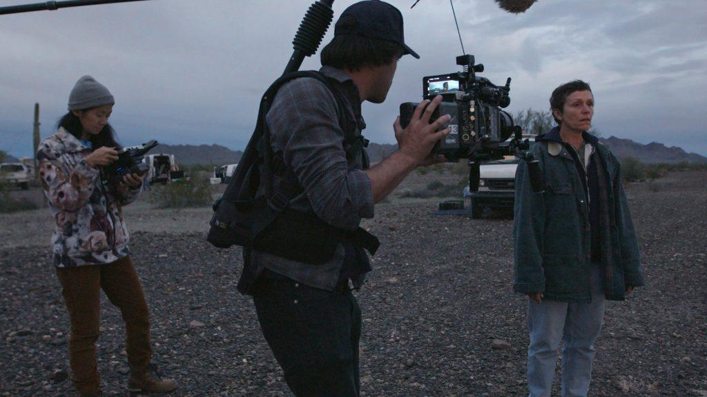 Režisérka Chloe Zhao (vľavo) počas nakrúcania fimu Nomadland